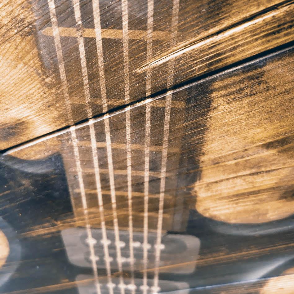 JOERG DESIGN Artwork Fabrik Detailarbeit Gitarre auf Holz